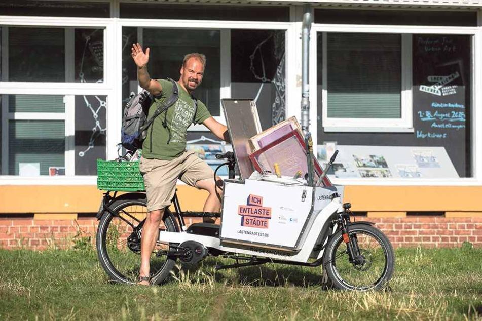 Mitte des Monats geht Wandbild-Künstler Jens Besser (37) mit einem Lastenrad auf Graffiti-Tour.