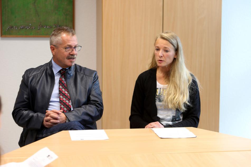 Sie versuchten den Leopardenangriff im Tierpark zu erklären: Bürgermeister Miko Runkel (56) und Tierärztin Peggy Riedel (40).
