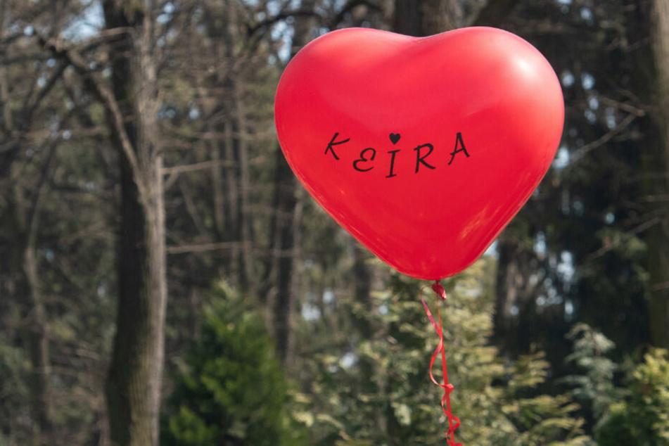 Ein Luftballon fliegt bei der Beisetzung der getöteten Berliner Schülerin Keira über den Friedhof.