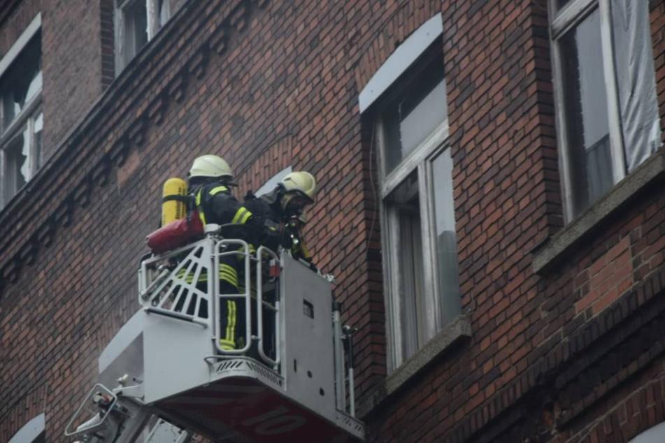 Per Drehleiter gelangten sie an den Brandherd.