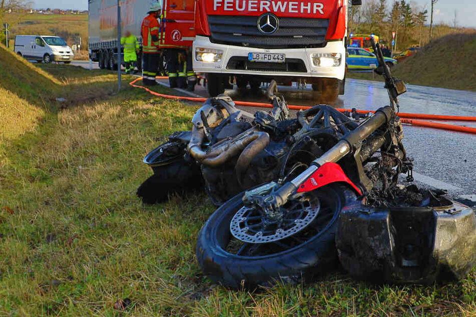 Bikerin stürzt, dann fängt ihr Motorrad plötzlich Feuer