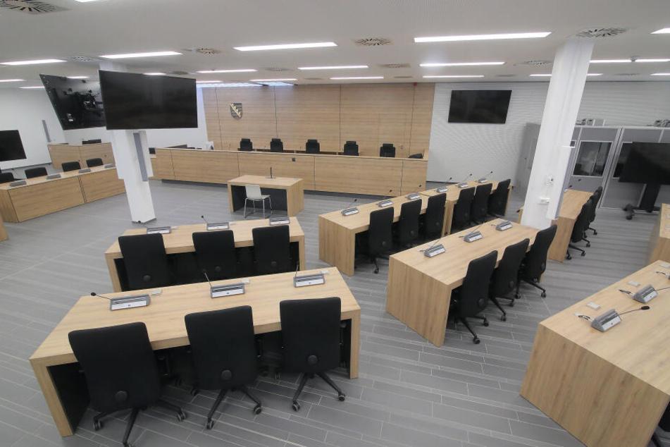 Der Verhandlungssaal am Hammerweg. Eigentlich sollten in dem Gebäude mal Flüchtlinge untergebracht und der Raum als Kantine genutzt werden. Für 5,5 Millionen Euro wurde er zum Hochsicherheitssaal umgebaut.