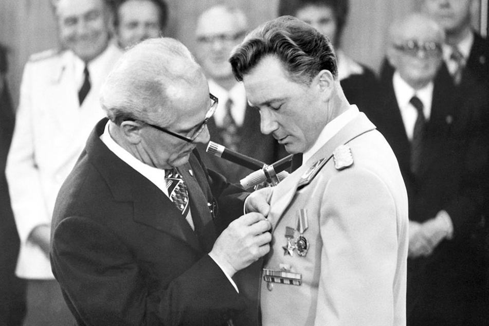 """Der Staatsratsvorsitzende Erich Honecker heftete Sigmund Jähn den Karl-Marx-Orden an. Zudem erhielt er den Titel """"Held der Deutschen Demokratischen Republik""""."""