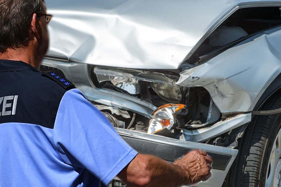 Polizist will Unfallstelle sichern und wird angefahren