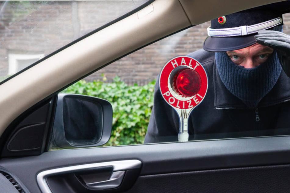 Falsche Polizisten halten auf der A7 Autofahrer an und klauen ihm sein Fahrzeug
