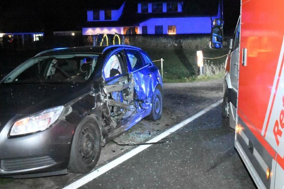 Die Fahrerseite des Opels wurde förmlich weggerissen.