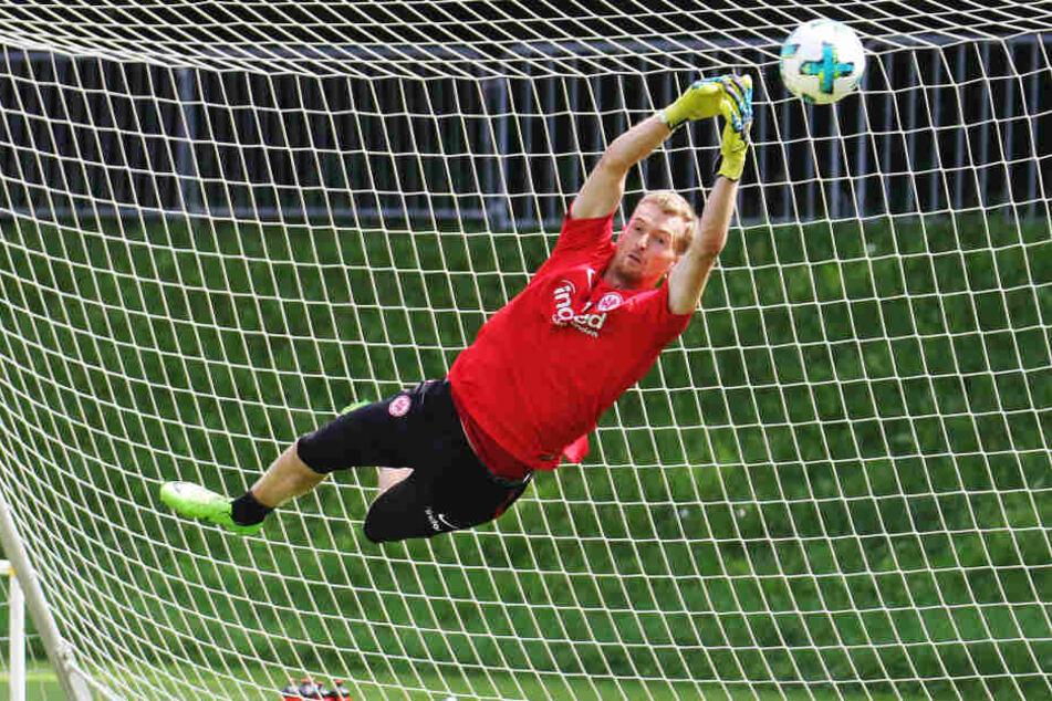 Lukas Hradecky fliegt auch in dieser Saison für die Eintracht durch die Luft.