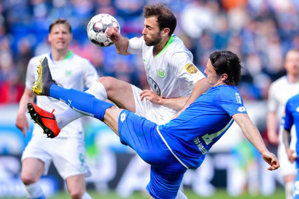 Beim Spiel gegen Wolfsburg vor wenigen Tagen: Schulz (rechts) kämpft mit Admir Mehmedi (links) um den Ball.