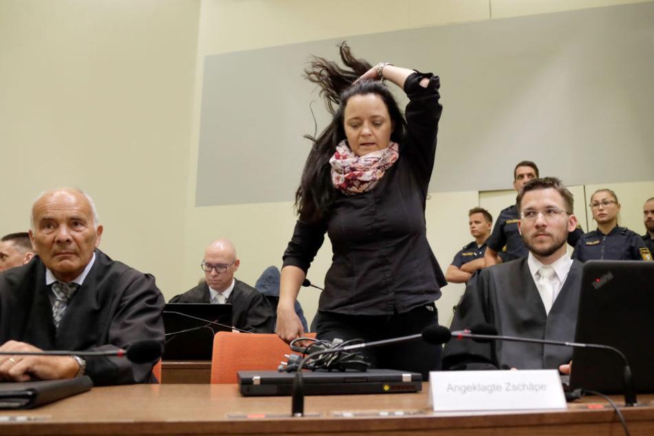 Beate Zschäpe mit zwei ihrer Anwälte im Gericht in München.