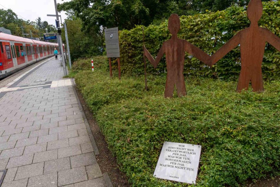 Ein Denkmal für Dominik Brunner steht auf dem Bahnsteig der S-Bahnstation Solln in München.