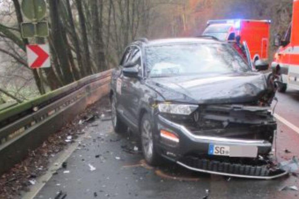 Bei dem Frontal-Crash wurden drei Menschen schwer verletzt und zwei Auto geschrottet.