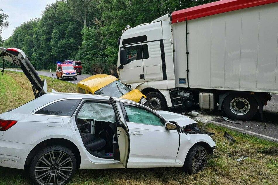 Auf der B189 nahe Osterburg in Sachsen-Anhalt kam es Freitagnachmittag zu einem tödlichen Unglück.
