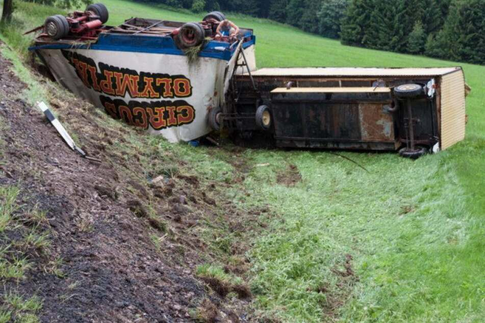 Laster-Unfall: Zwei Zirkuswagen von Straße gekippt