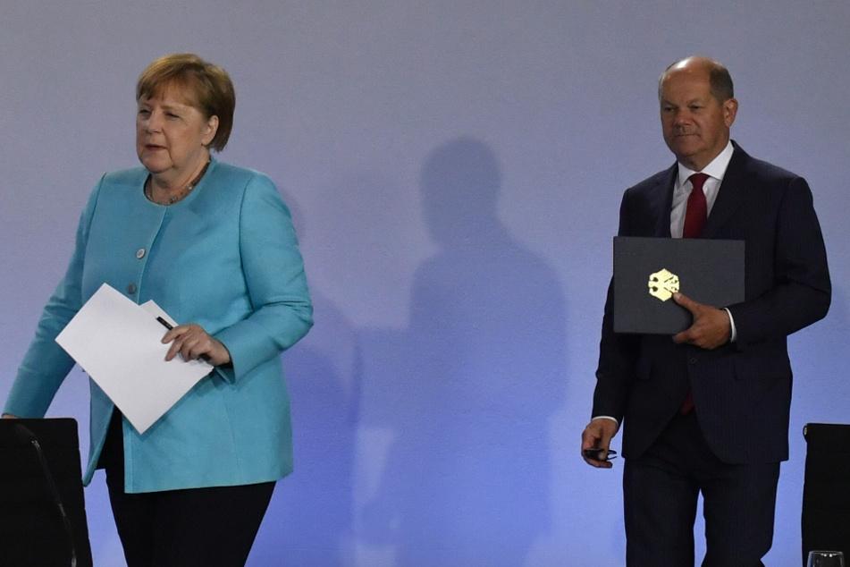 Bundeskanzlerin Angela Merkel (65, CDU) und Bundesfinanzminister Olaf Scholz (61, SPD) kommen zu der Pressekonferenz im Bundeskanzleramt.