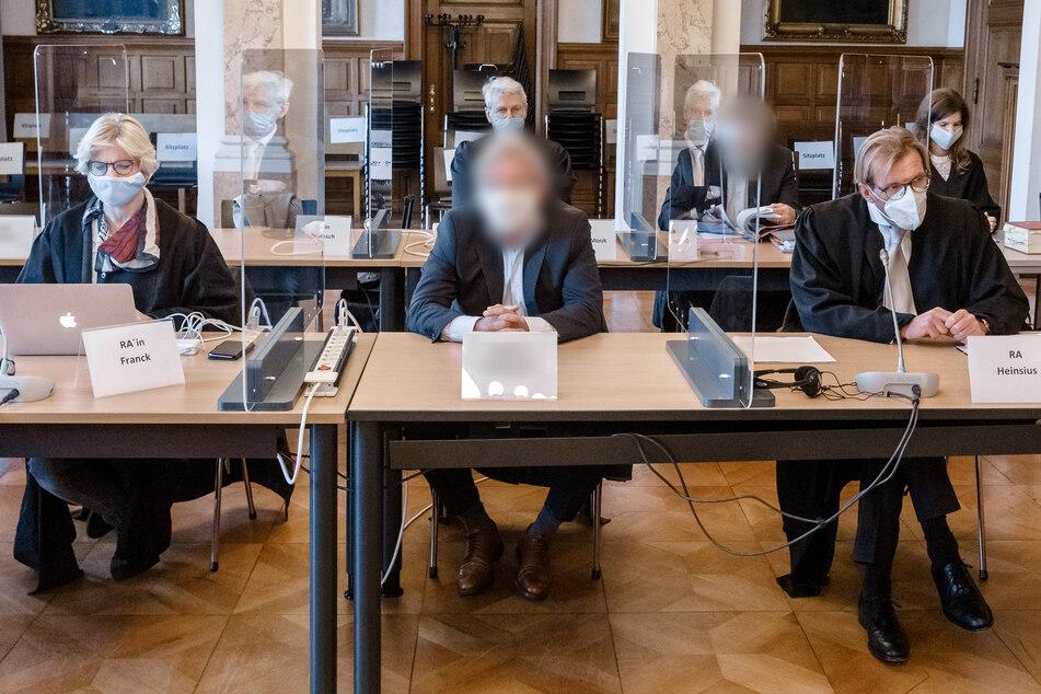 Die drei Angeklagten müssen sich im Zusammenhang mit den Insolvenzen der Reiseveranstaltungs-GmbH Rainbow-Tours und eines Busunternehmens verantworten.
