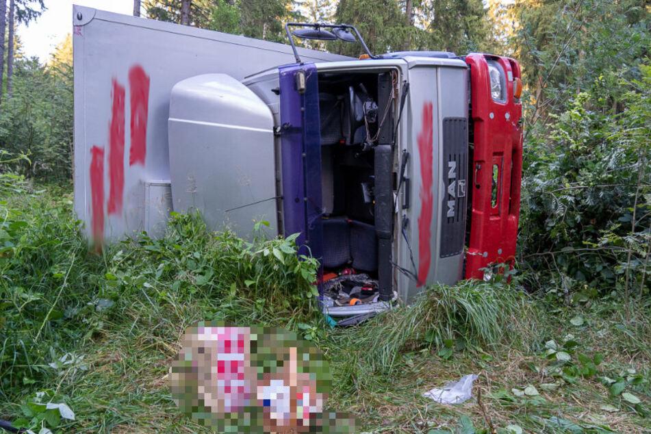 Schwerer LKW-Unfall im Vogtland: Laster kippt auf Seite, Fahrer im Krankenhaus