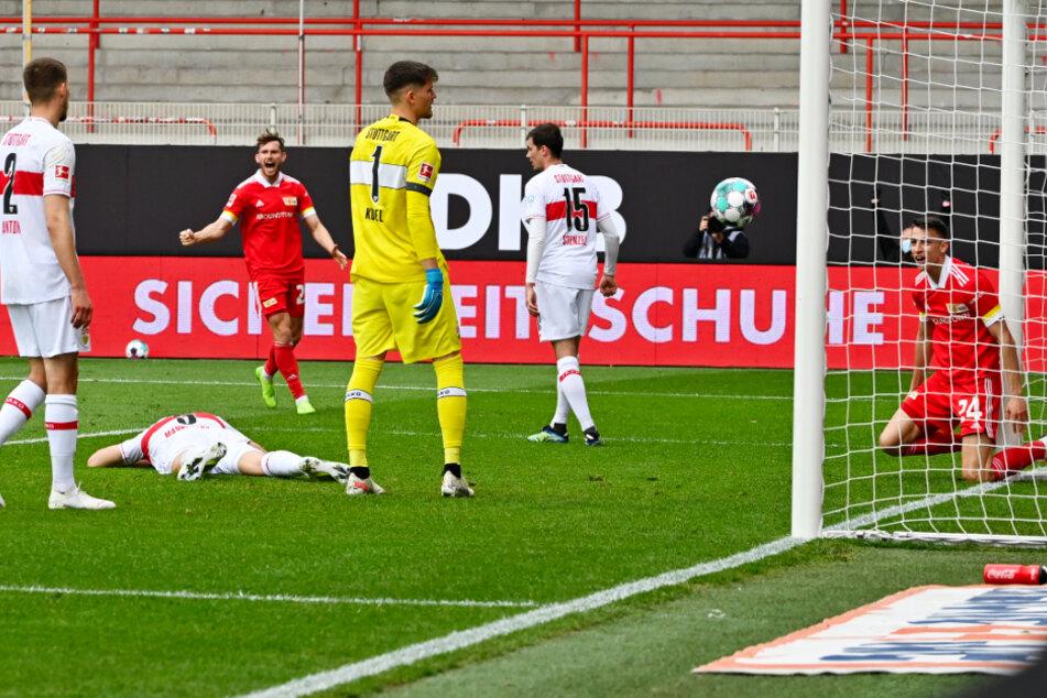 Unions Stürmer Petar Musa (r.) jubelt am Boden nach seinem Tor zum 2:0.