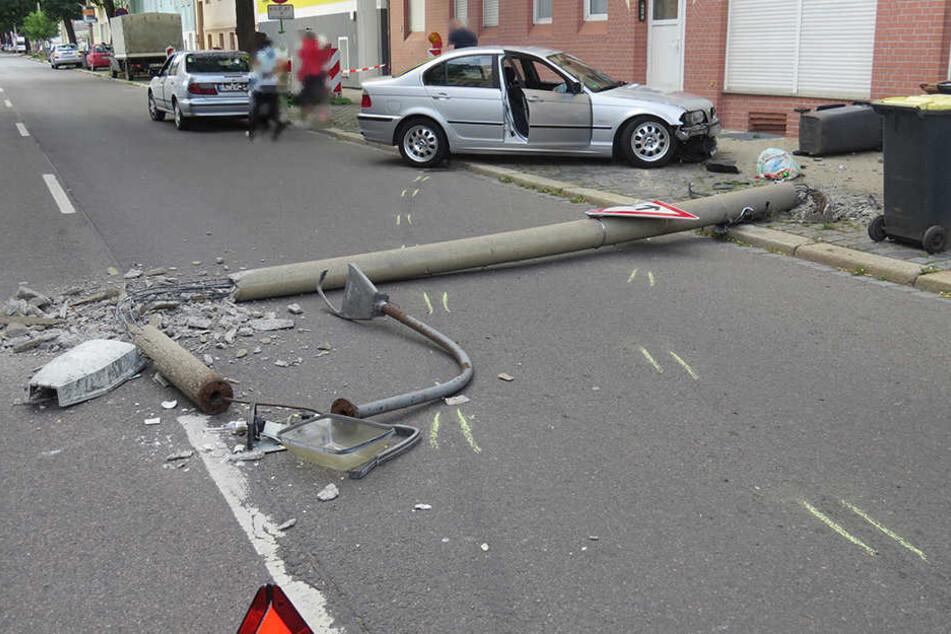 Der Laternenmast hielt dem Aufprall nicht stand und fiel auf die Straße.