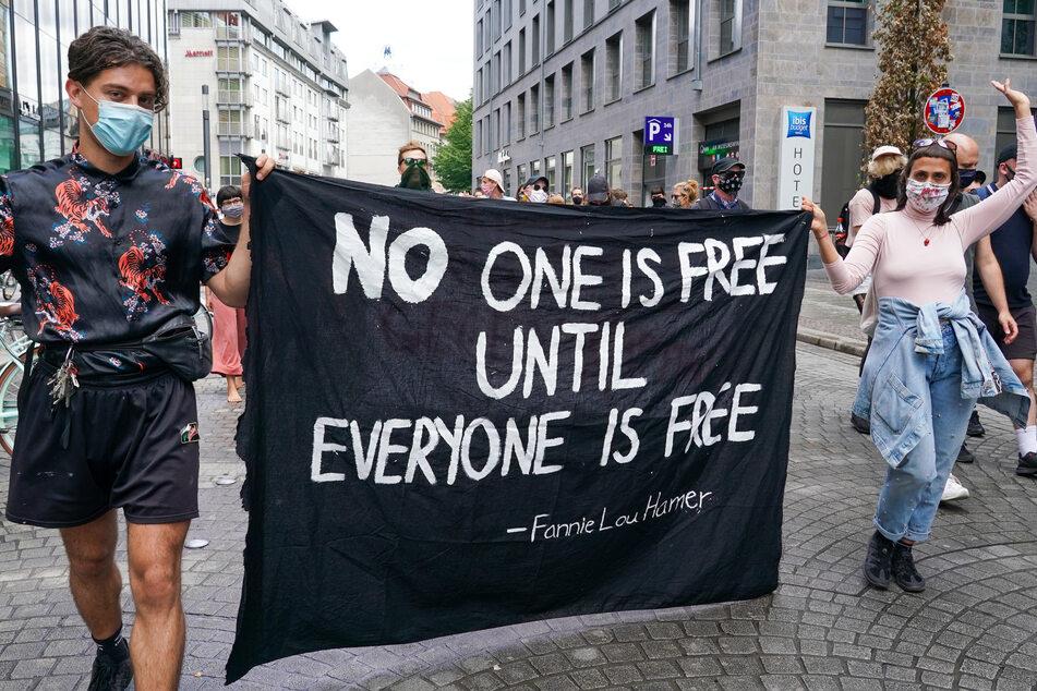 Rund 250 Schwule, Lesben und Bisexuelle demonstrieren für ihre Rechte