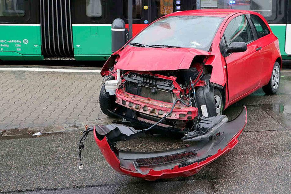 Auto kracht in Straßenbahn: Heftiger Schaden