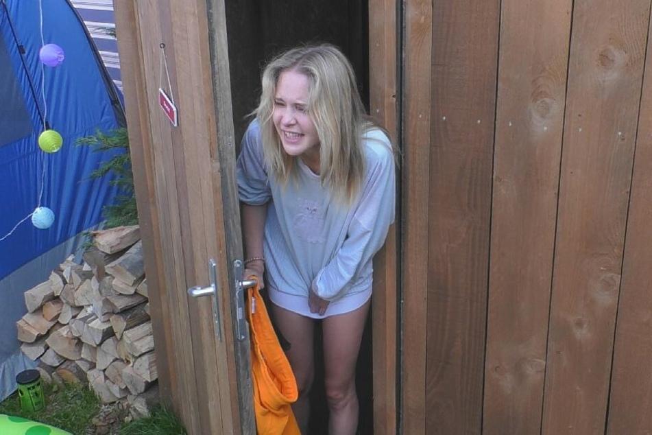 Theresia stellt fest, dass das Klo verstopft ist...