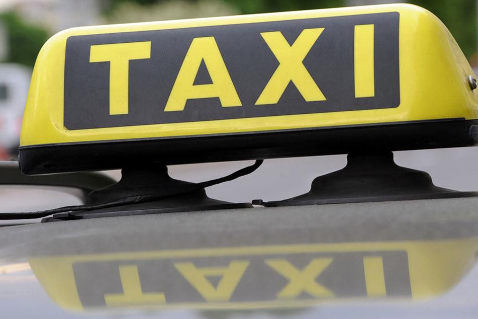 Mehrfach trat der Fahrgast gegen das Taxi. (Symbolbild)