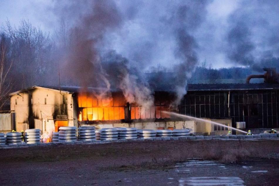 Beim Brand einer Lagerhalle des Betonwerks in Gersdorf entstanden rund 200.000 Euro Sachschaden.