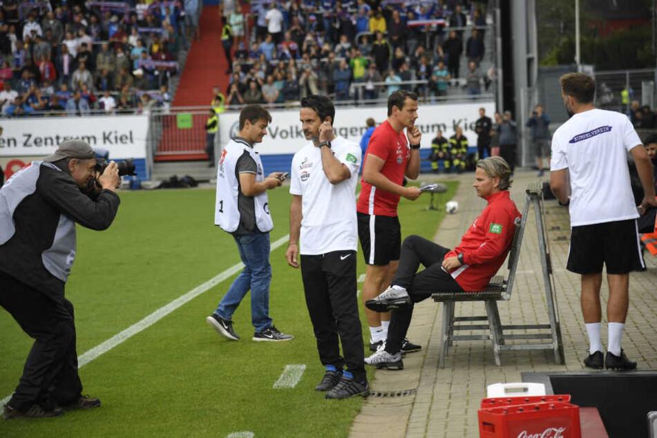 Dirk Schuster (M.) wird morgen gegen Osnabrück erstmal im Erzgebirgsstadion im Fokus der Fotografen und Fans stehen. Er feiert seine Heimpremiere als Trainer des FC Erzgebirge.