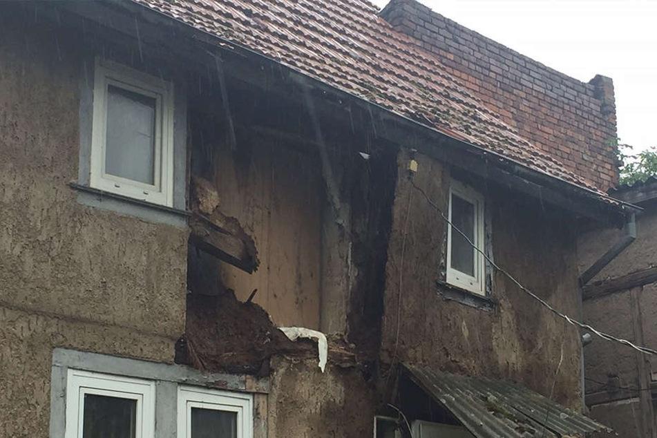 Eine Wand des Gebäudes stürzte ein.