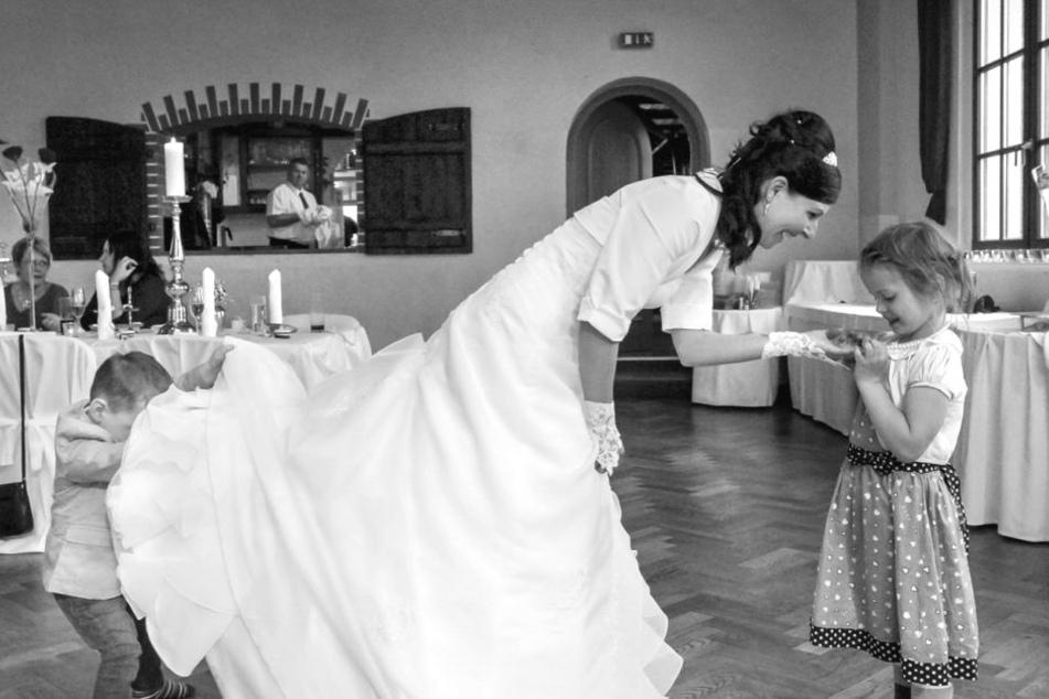 Der neugierige Junge kontrollierte in Neumühle noch mal das Brautkleid.
