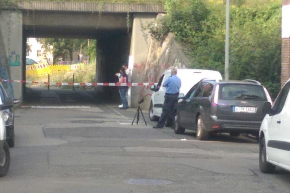 Kriminalpolizisten haben die Unterführung für die Ermittlungen abgesperrt.