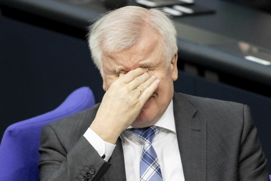 Horst Seehofer (CSU), Bundesinnenminister, reibt sich die Augen.