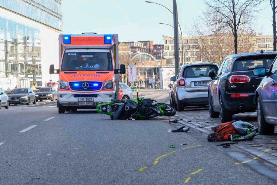 Ein Motorrad, Trümmerteile und Ausrüstung liegt auf dem Asphalt der Ericusspitze, wo es am Dienstagmorgen einen Unfall gab.