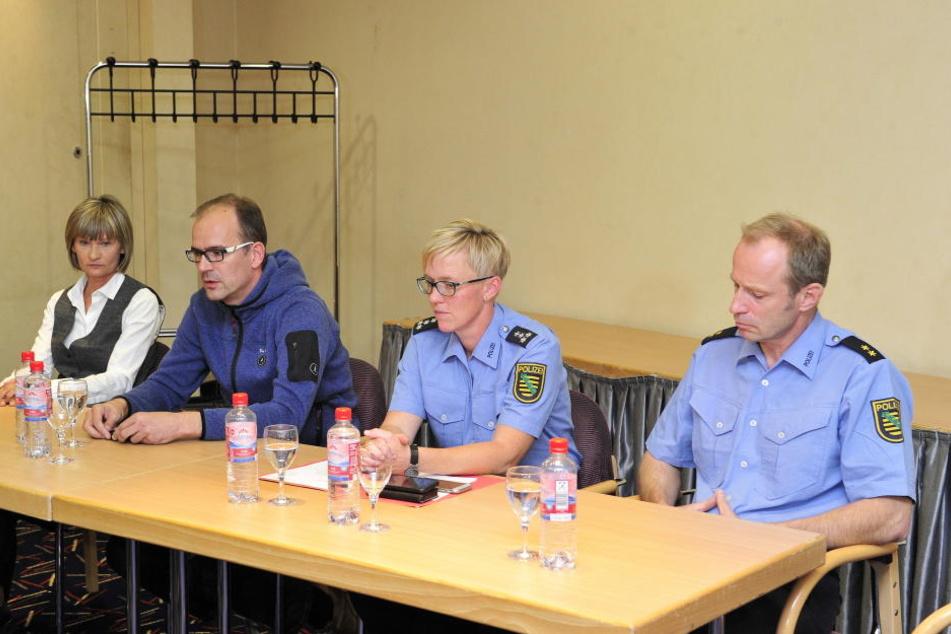 OB Barbara Ludwig (56, SPD, li.) und CWE-Chef Sören Uhle (42, 2.v.li.) gaben am Abend zusammen mit der Polizei eine eilig einberufene Pressekonferenz.