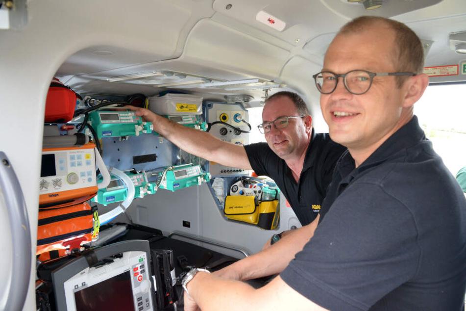 Rettungssanitäter Frank Peschel (48, l.) und Notarzt Prof. Andreas Reske (45) an Bord des Hubschraubers.