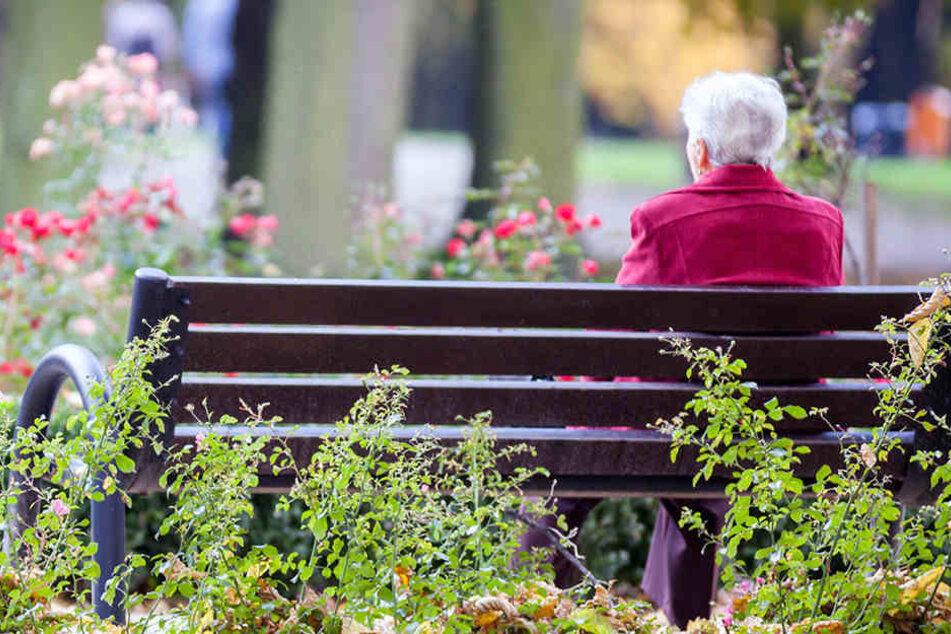 Auf dem Friedhof beklauten die Täter ihr 91-jähriges Opfer. (Symbolbild)