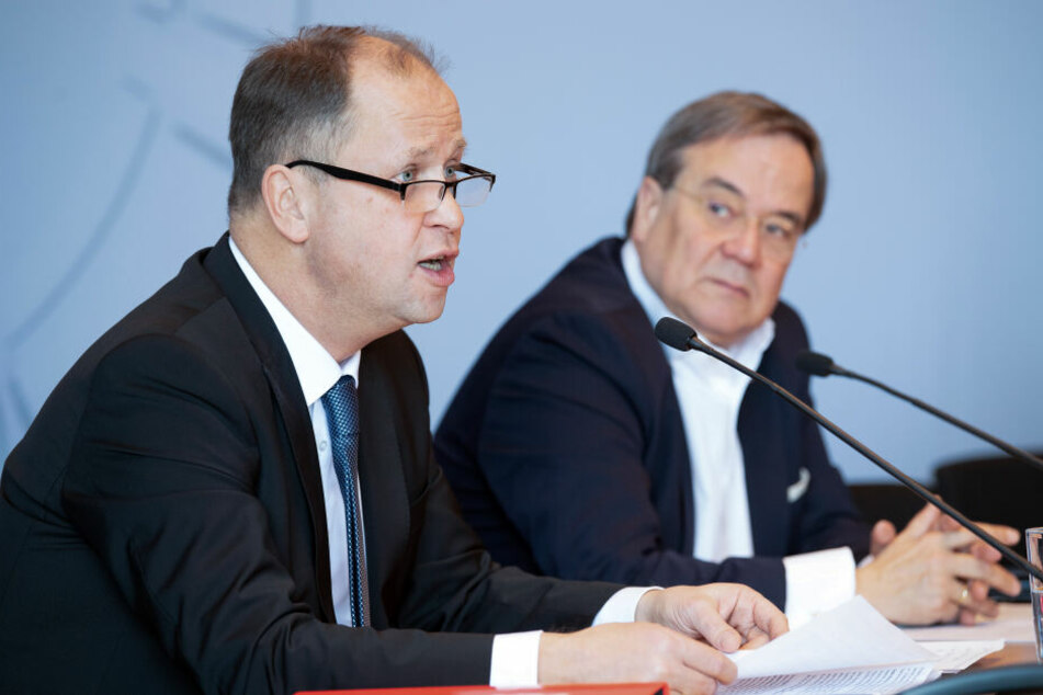 NRW-Ministerpräsident Armin Laschet (CDU, r) und sein Stellvertreter Joachim Stamp (FDP) bei einer Pressekonferenz.