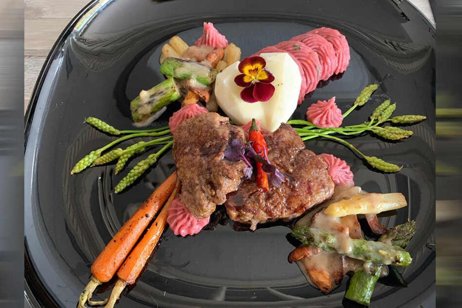 Sarah ist zwar Vegetarierin, ihren Gästen serviert sie aber ein deftiges Rinderfilet.