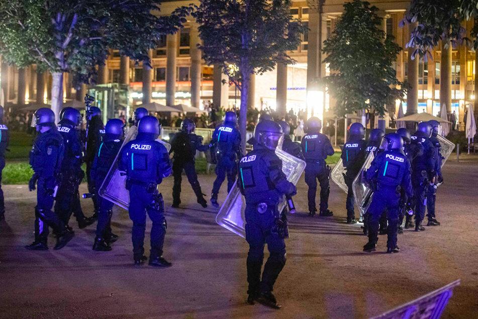 Bei Auseinandersetzungen mit der Polizei haben dutzende gewalttätige Kleingruppen die Stuttgarter Innenstadt verwüstet.