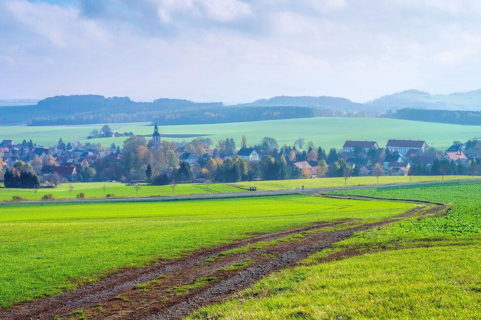 """Blick auf Spitzkunnersdorf im Zittauer Gebirge. Der Zweckverband Abwasserbeseitigung """"Obere Mandau"""" ist dort als Entsorger aktiv. In vielen ländlichen Regionen gab es in den 1990er-Jahren Bürgerinitiativen, die gegen die Gebühren- und Anschlusspolitik ihrer Zweckverbände Sturm liefen."""