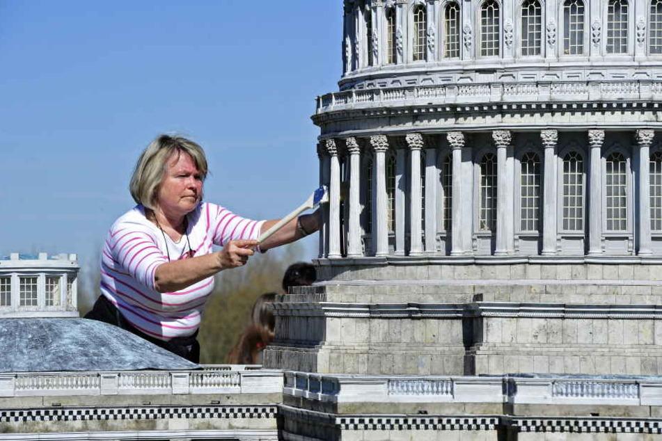 Miniwelt-Mitarbeiterin Antje Hempel (57) staubt das Mini-Kapitol vorsichtig  ab.