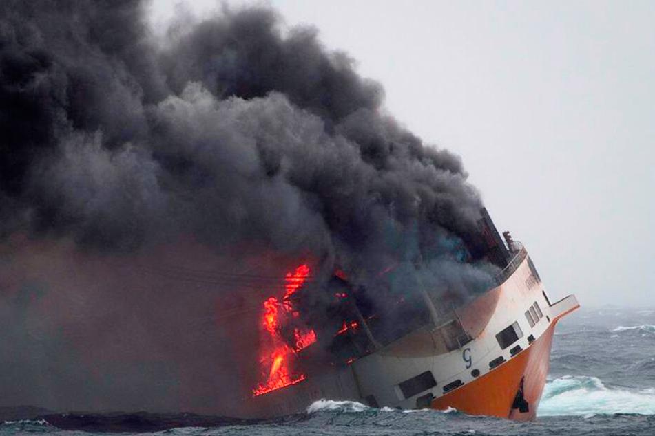 Das Schiff, das neben Containern auch über 2000 Fahrzeuge an Bord hatte, war gut 300 Kilometer von der Küste entfernt nach tagelangem Brand gesunken.