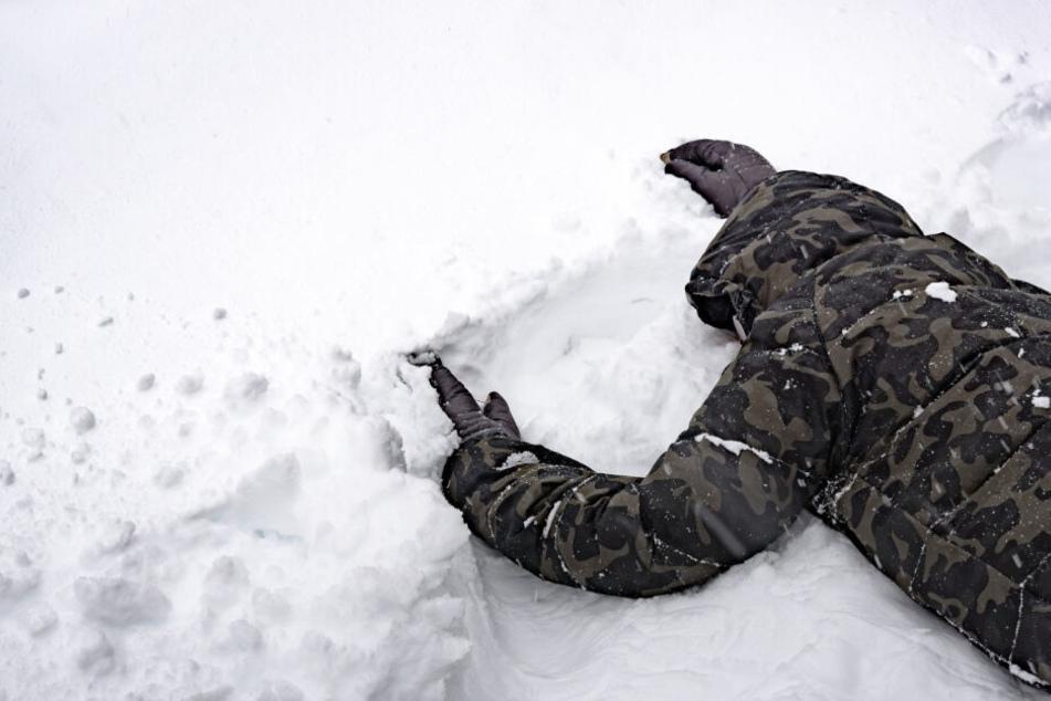 Snowboarder schwer verletzt auf Piste gefunden: Polizei sucht Zeugen