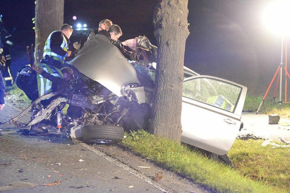 Die Einsatzkräfte mussten den verletzten Mann aus dem Auto retten.