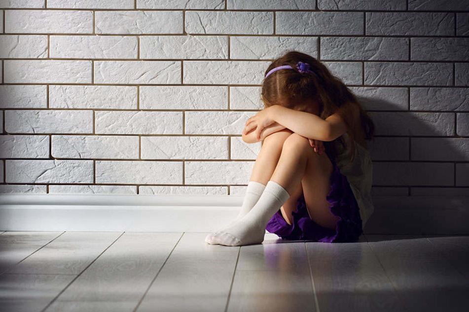 Ein Reitstall-Besitzer hat zum Prozessauftakt den Missbrauch an zwei Mädchen gestanden. (Symbolbild)