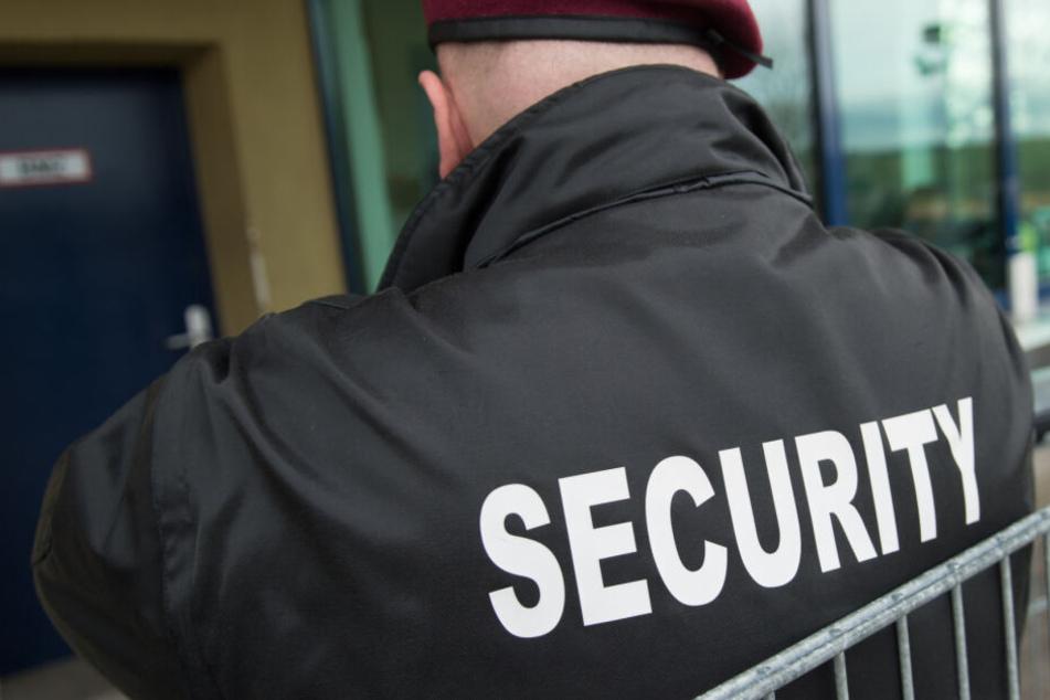Security-Mitarbeiter erwischt Jugendliche und wird brutal angegriffen