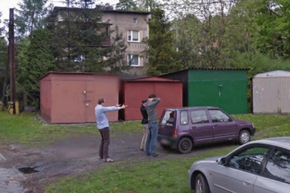 Die mysteriöse Szene am Straßenrand kann bei Google Street View betrachtet werden.