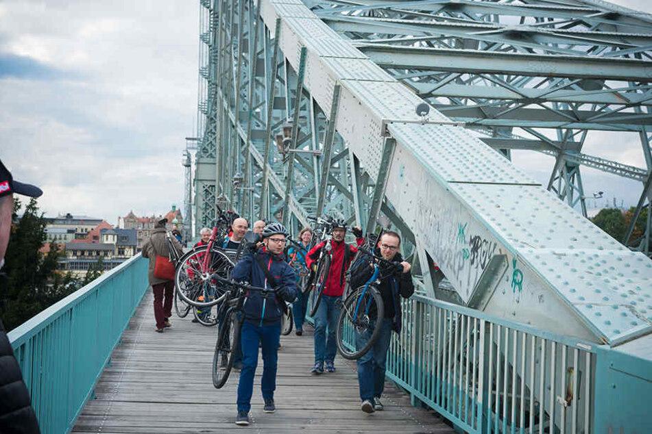 Eigentlich müsste das Rad IMMER über den Fahrradstreifen getragen werden. Dagegen protestierte am Donnerstag der ADFC.