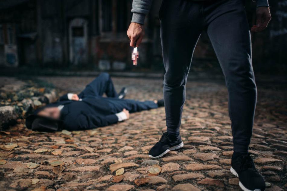 Brutaler Raubüberfall: Männer ritzen Opfer Haut auf