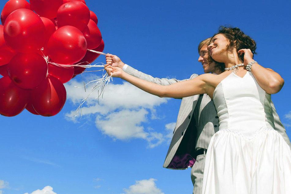 Das Verschicken von Luftballons ist zu einem Brauch vieler Hochzeitspaare geworden.
